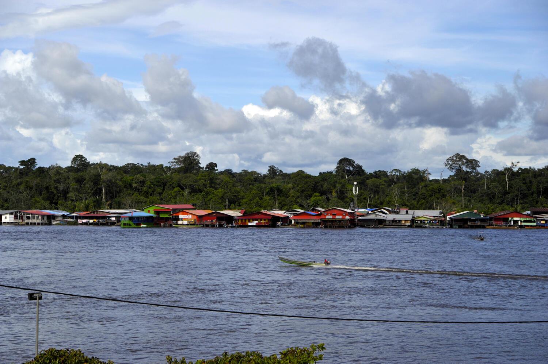 La population de Maripasoula fait ses courses au Surinam voisin.