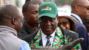 Le nouveau président du Zimbabwe, Emmerson Mnangagwa recoit un cadeau après l'ouverture de l'assemblée extraordinaire du Congrès de la Zanu PF, le 15 décembre 2017 à Harare.