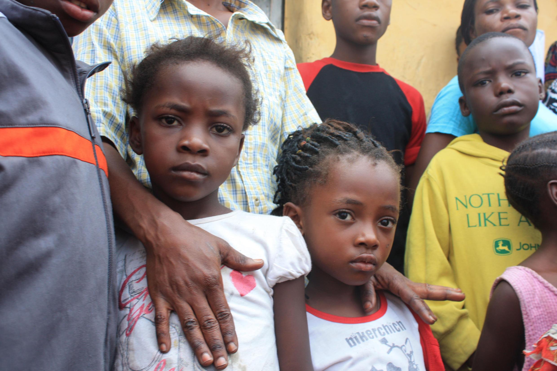 Ces deux petites filles, 6 et 8 ans ne vont pas à l'école, car leur maman couturière ne gagne pas assez pour leur payer les 90$ de frais de scolarité. Les deux filles vont être prises en charge par Unicef.