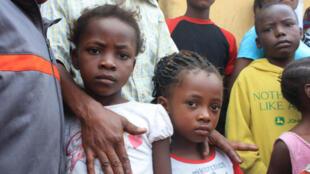 Ces deux petites filles, 6 et 8 ans, ne vont pas à l'école car leur maman couturière ne gagne pas assez pour leur payer les 90$ de frais de scolarité. Les deux filles vont être prises en charge par Unicef.