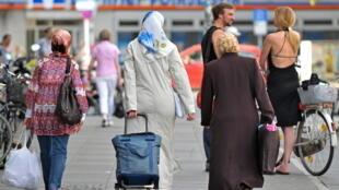A população muçulmana pode triplicar até 2050 na Europa. Foto: Mulheres com véu em uma rua de Berlim, Kreuzberg - Neukoelln.