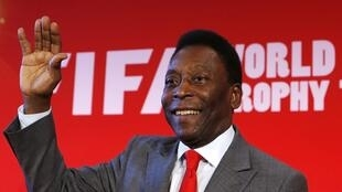 L'ancien joueur brésilien et légende du football Pelé, lors de la présentation du trophée de la Coupe du monde à Paris, le 10 mars 2014.