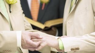 Según los sondeos, el 62% de los franceses apoya el matrimonio homosexual.