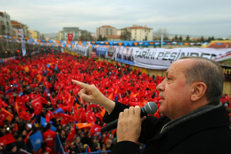 Tổng thống Recep Erdogan phát biểu trước đám đông ủng hộ tại Usak, Thổ Nhĩ Kỳ, ngày 20/01/2018.