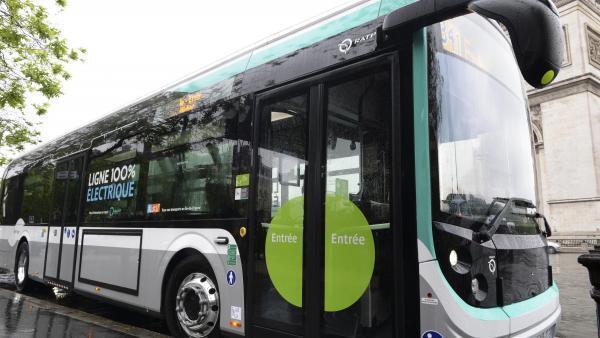 Ảnh minh họa: Một chiếc xe buýt đậu tại bến ở Paris (Pháp).