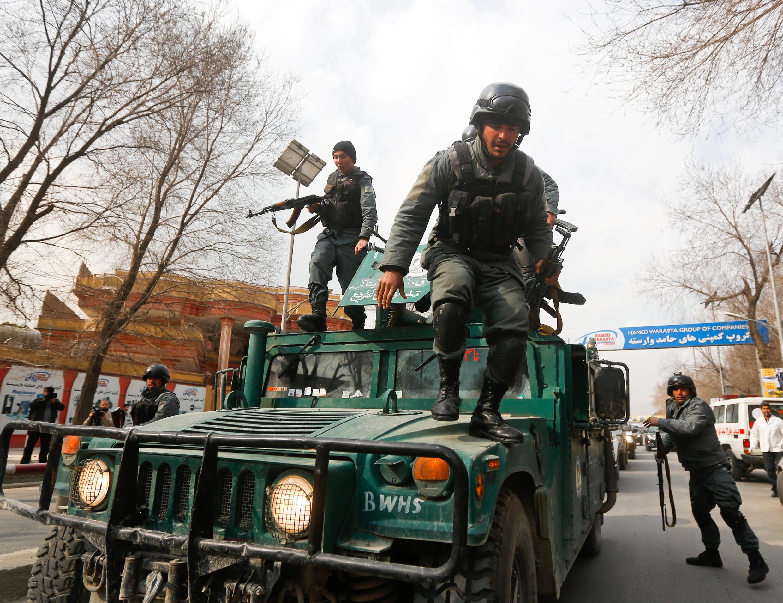 Polisi wa Afghanistan wakiwasili katika eneo la mashambulizi dhidi ya hospitali kuu ya kijeshi nchini Afghanistan, katikati mwa mji wa Kabul, tarehe 8 Machi 2017. Shambulio ambalo linadaiwa kutekelezwa na kundi la Islamic State (IS), lilidumu masaa sita.