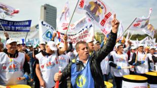 Manifestation contre le transfert des charges sociales patronales, à Bucarest, en Roumanie, le 4 octobre 2017.
