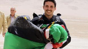 Foto tomada el 17 de abril de 2012 que muestra al príncipe jordano Hamza con un paracaídas en el desierto Wadi Rum en Jordania