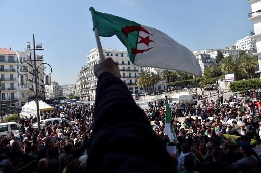 Argelinos celebran la salida de Abdelaziz Buteflika y piden el fin del sistema, el 3 de abril de 2019.