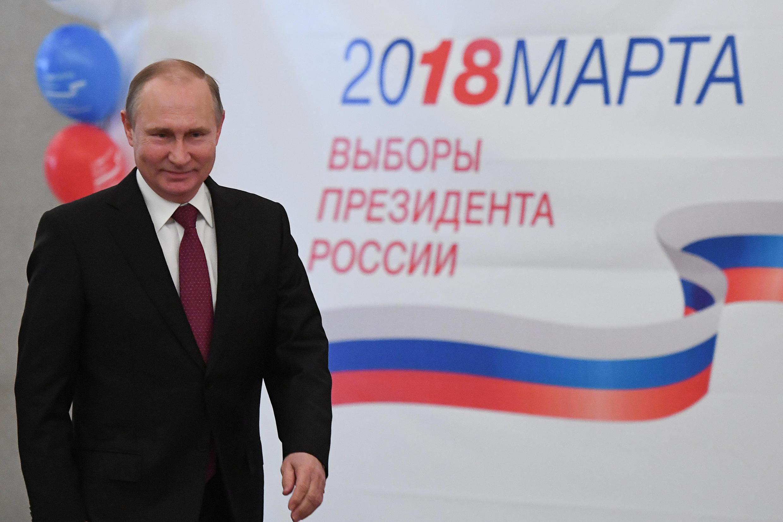 Vladimir Poutine dans un bureau de vote à Moscou le 18 mars 2018.