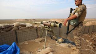 Un soldat irakien monte la garde près de la ville de Qaim à la frontière irako-syrienne le 11 novembre 2018.