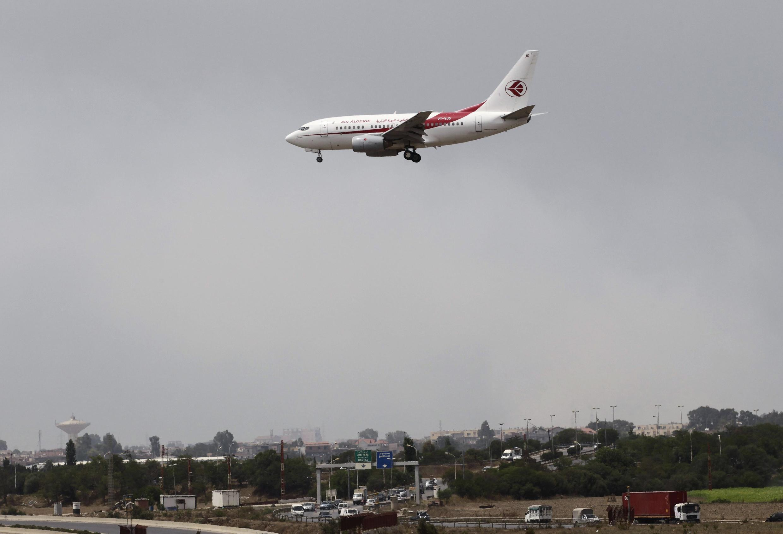 Самолет компании  Air Algerie садится в Алжире, 24 июля 2014 г.
