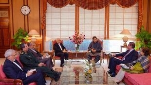محمدجواد ظریف وزیر امور خارجه جمهوری اسلامی ایران، در سفرش به پاکستان با عمران خان نخست وزیر این کشور ملاقات و در مورد روابط بین دو کشور و  تحولات منطقهای گفتگو کرد. جمعه ٣ خرداد/ ٢٤ مه ٢٠۱٩