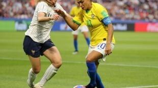 A jogadora Marta em lance no 1° tempo do jogo enter Brasil e França em Le Havre.