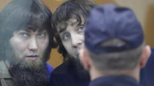 Анзор Губашев (слева) и Заур Дадаев во время вынесения приговора в Московском окружном военном суде. 13 июля 2017 г.