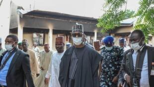 Gwamnan jihar Borno a Najeriya yayin ziyarar da ya kai Magumeri bayan harin Boko Haram.