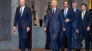 Đại diện Thương Mại Mỹ Robert Lighthizer (đi đầu), phó thủ tướng Trung Quốc Lưu Hạc (thứ hai) và bộ trưởng Tài Chính Mỹ Steven Mnuchin (thứ ba), Thượng Hải, ngày 31/07/2019.