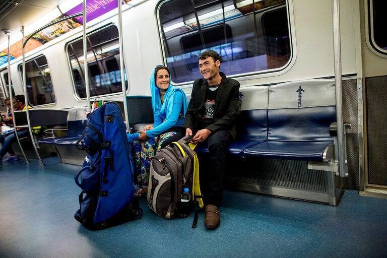 ذکیه و محمد علی بعد از رسیدن به فرودگاه با قطار به نیویورک می روند.