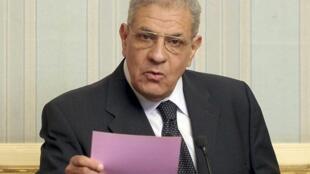 O novo primeiro-ministro egípcio, Ibrahim Mahlab, durante uma coletiva de imprensa neste domingo (2) no Cairo.