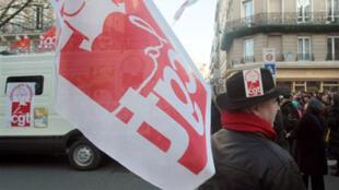 Les chômeurs et intermittents du spectacle manifestaient, mardi 23 décembre 2014, près du siège du Medef à Paris.