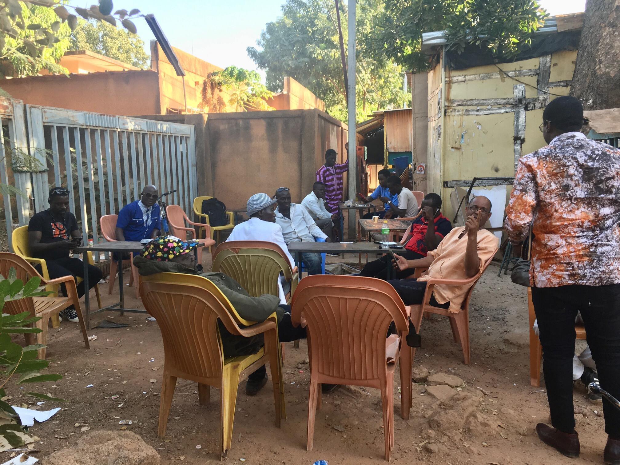 La présidentielle du 22 novembre au Burkina Faso s'invite dans les discussions dans les terrasses de café à Ouagadougou, le 24 novembre 2020.