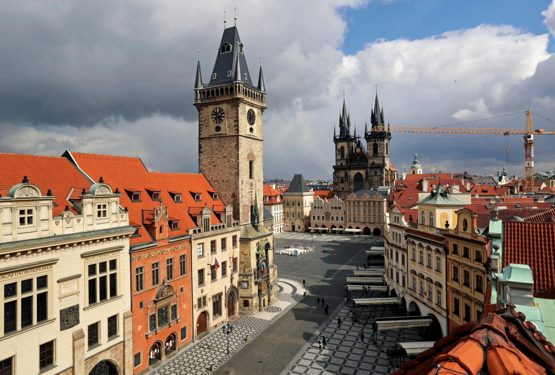 Des rues presque vides sur la place de la vieille ville pendant le confinement, à Prague, en République tchèque, le 31 mars 2020.