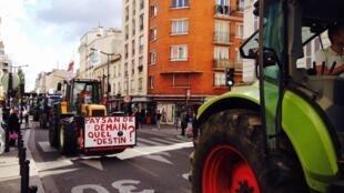 A bordo de tractores, docenas de agricultores se congregaron en el centro de la ciudad de Poitiers (centro), antes de arrojar estiércol y basura frente a supermercados