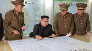 O Presidente Kim Jong-Un com generais do comando estratégico do seu país neste 15 de Agosto de 2017.