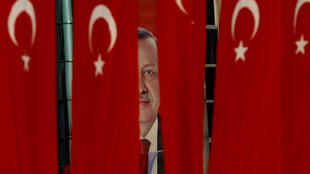 Áp Phích với ảnh tổng thống Thổ Nhĩ Kỳ  Recep Tayyip Erdogan trên đường phố Istanbul. Ảnh chụp ngày 14/04/2017.