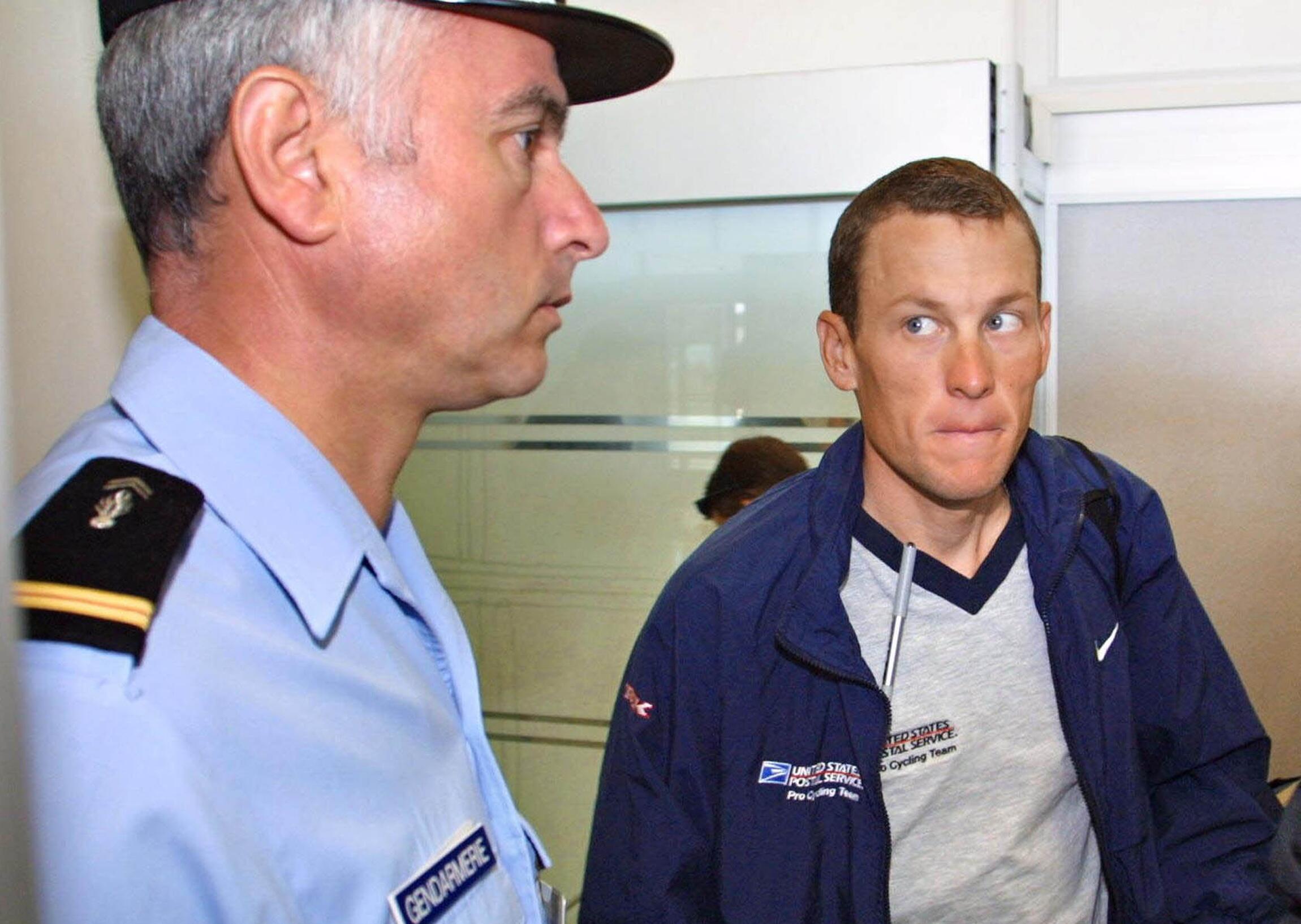 Ларс Армстронг, отстраненный от соревнований по обвинению в допинге. Гренобль 19/07/2001 (архив)