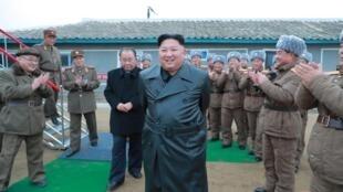 Lãnh đạo Bắc Triều Tiên Kim Jong Un giám sát việc thử nghiệm một hệ thống phóng hỏa tiễn. Ảnh do KCNA công bố ngày 28/11/2019.
