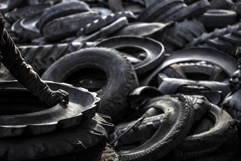 Recyclage de pneus. (Image d'illustration)