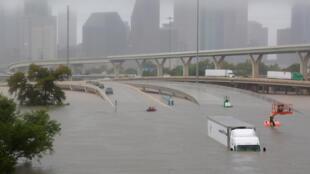 Trục giao thông tại thành phố Houston chìm trong biển nước sau bão Harvey ngày 27/08/2017.