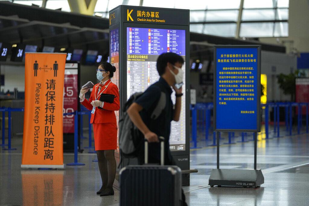 China caminha na direção contrária e restringe as viagens diante do aumento de contaminações.