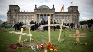 Mộ chí giả được lập trước Nhà Quốc hội Đức, để đánh động về thảm nạn thuyền nhân trên Địa Trung Hải, Berlin, 21/06/2015. Địa Trung Hải được HCR mệnh danh là ''tuyến đường chết chóc nhất trên thế giới'' năm 2014, với ít nhất 3.419 người vùi thây dưới biển.