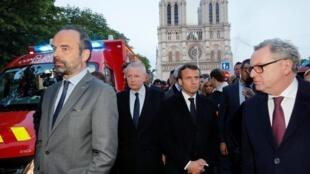 Thủ tướng Pháp Edouard Philippe, bộ trưởng Văn Hóa Franck Riester và tổng thống Emmanuel Macron trước Nhà thờ Đức Bà Paris, ngày 15/04/2019.
