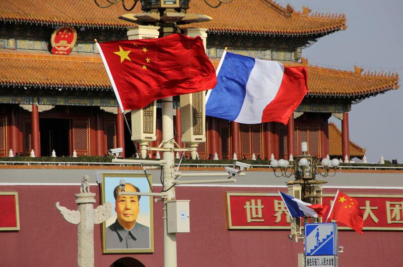 Les drapeaux de la France et de la Chine voltigent devant la porte Tiananmen lors de la visite du président français Emmanuel Macron en Chine, à Beijing, en Chine, le 8 janvier 2017.
