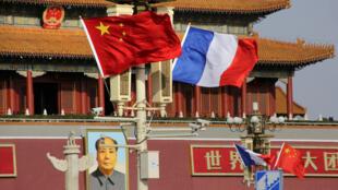 Cờ Pháp và Trung Quốc trên quảng trường Thiên Anh Môn nhân chuyên công du của tổng thống Pháp Emmanuel Macron, Bắc Kinh, ngày 08/01/2017.
