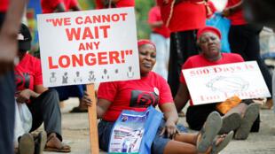 Familiares das vítimas protestaram nas ruas da Nigéria, dois anos após sequestro