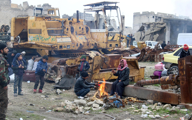 Thường dân ở đông Aleppo đang chờ đi di tản, ngày 16/12/2016.
