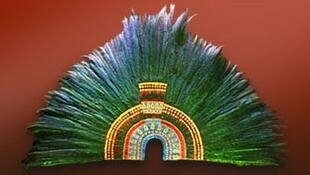 El impresionante tocado perteneció al último rey azteca y esta conformado por plumas de quetzal, piedras preciosas y oro.