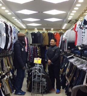 Jocelyn, patron d'une entreprise import-export à Canton, doit désormais négocier dur pour baisser les prix des marchandises qu'il exporte vers l'Afrique.