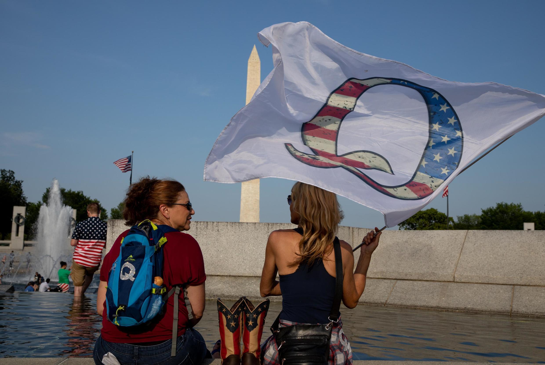 Des partisans de QAnon attendent le survol militaire au Mémorial de la Seconde Guerre mondiale lors des célébrations du 4 juillet à Washington.