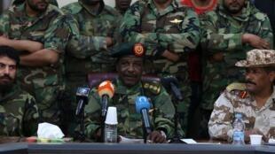 Le chef des forces spéciales libyennes, Wanis Bukhamada (c), annonce à la télévision le soutien de ses hommes au général Haftar.