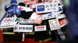Micro dày đặc của giới truyền thông Nhà nước Trung Quốc tại Đại sảnh đường Nhân dân ở Bắc Kinh trong kỳ họp của Quốc Hội ngày 05/03/2019.