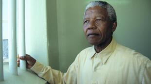 Nelson Mandela en visite à la prison de Robben Island où  il y fut détenu pendant dix-huit ans.