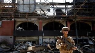 智利首都圣地亚哥骚乱郊区一超市被抢起火2死2019年10月19日