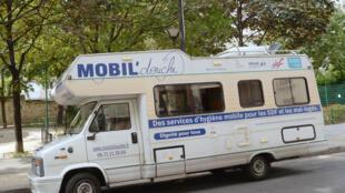 L'association Mobil'Douche, dont le financement provient exclusivement de dons, est en train d'aménager un deuxième camping-car pour Paris et veut développer son concept dans d'autres villes en France.