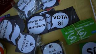 Broches e panfletos em favor do referendo de independência da Catalunha são distribuídos na Universidade de Barcelona.