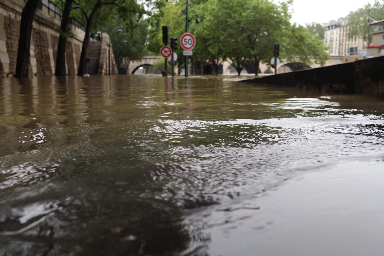 Diaporama : La Seine déborde et envahit les quais de Paris